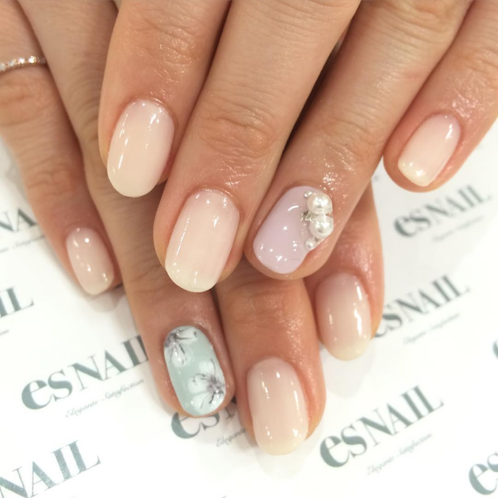 Pearly flowers | Floral Nail designs for spring