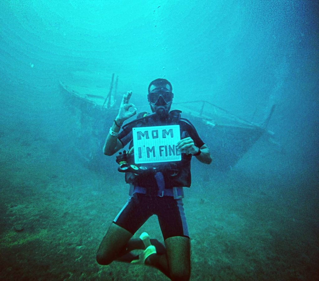 Guy Travels With Mom I Am Fine Sign- Underwater In Panama